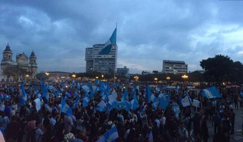 Guatemaltecos celebran retiro de inmunidad de Pérez Molina