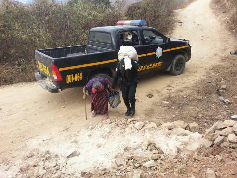 Aplauden actitud de agentes de PNC por ayudar a señora con su carga