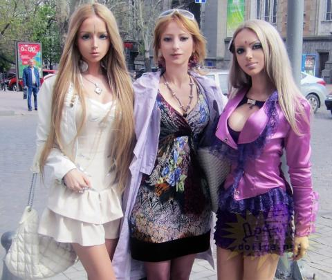 "La ""Barbie humana"" muestra al mundo su singular familia"