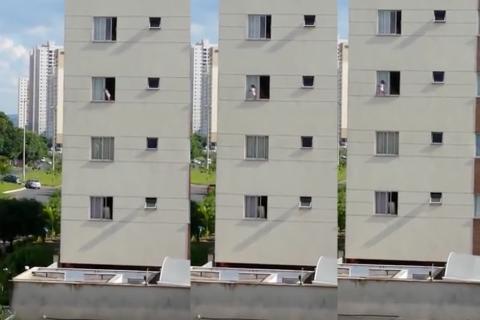 ¡Qué susto! Bebé juega en la ventana de un tercer piso