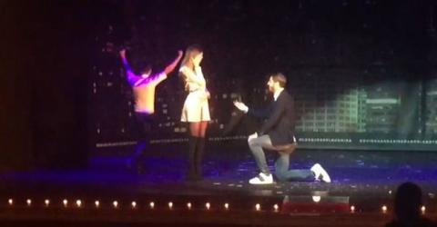 """Morata hace """"magia"""" para pedirle matrimonio a su novia en un teatro"""