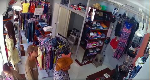 Mujer es grabada robando pantalones en tienda de ropa de Chiquimula