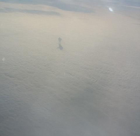 Pasajero de avión graba a un gigante que camina por las nubes