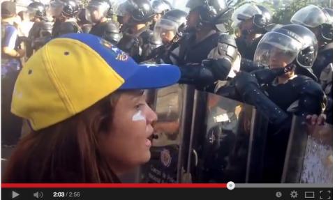 Mujer se enfrenta a policía venezolana con discurso y los hace llorar