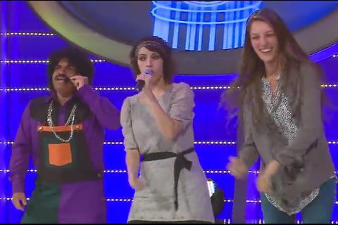 """Gaby Moreno deja el micrófono de lado y enseña a bailar el """"Meneaíto"""""""