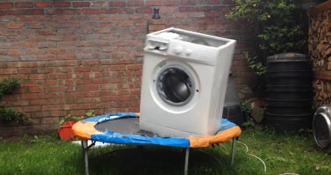 La reacción de una lavadora sobre una cama elástica se viraliza