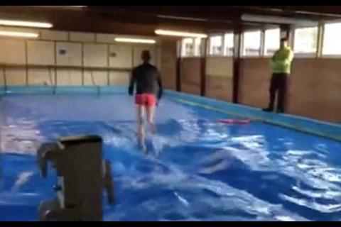 El video del misterioso británico que puede caminar sobre el agua
