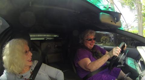 Dos abuelitas causan sensación paseando a bordo de un Lamborghini