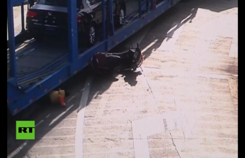 Motociclista y su hija se salvan de morir aplastados por un camión
