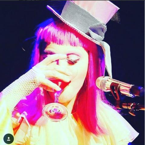 Madonna sufre bochornosa caída durante concierto en Australia