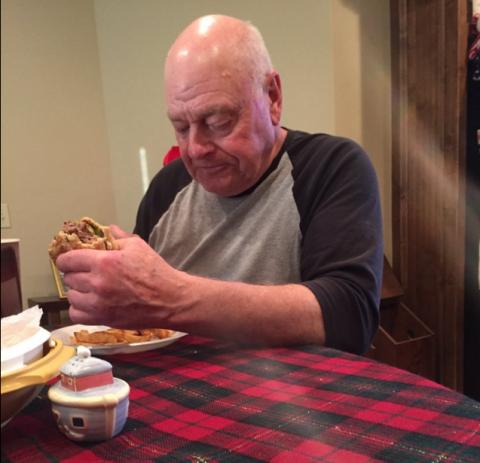 Un hombre se vuelve famoso en su cumpleaños por un tuit de su nieta