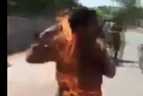 Hombre se incendia en plena calle, luego de que su celular explotara