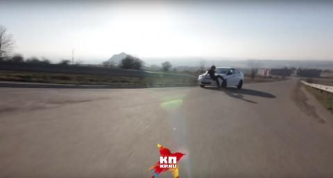 Skater impacta brutalmente contra un auto en marcha