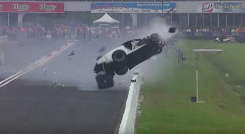 Piloto pierde el control y sufre aparatoso accidente en una carrera