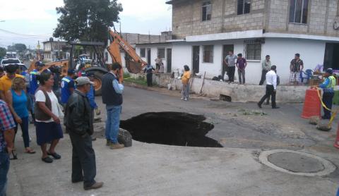 Colapso de drenaje provoca agujero en calle de zona 4 de Villa Nueva