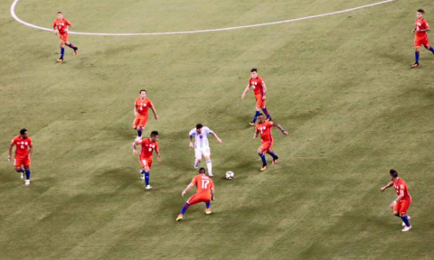 Messi contra todos: la historia de la foto viral y su autor