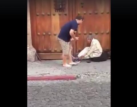 El noble gesto de un turista con un indigente, asombra en la Antigua