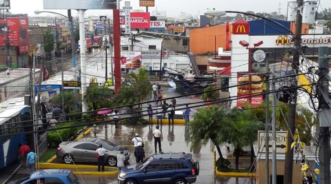 Colapsa una valla publicitaria en la calle Martí y afecta el tráfico