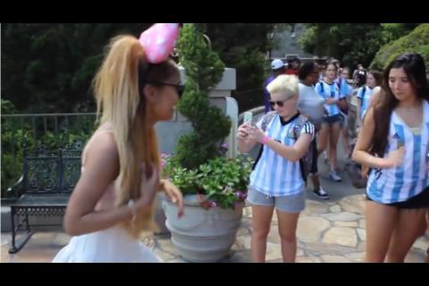 Falsa Ariana Grande causa alboroto en los visitantes de Disneylandia