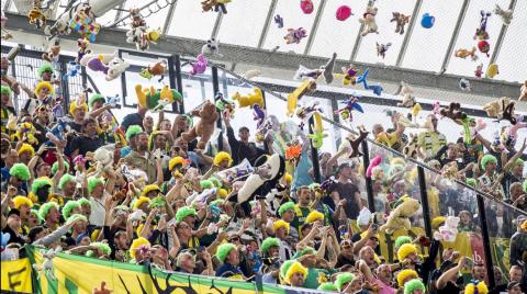 Emotivo gesto: aficionados lanzan cientos de peluches a niños enfermos