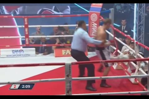 Boxeador noquea a su rival y lo saca del cuadrilátero de un golpe