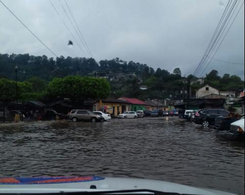 Domingo lluvioso deja inundaciones, deslizamientos y hundimientos