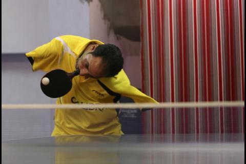 Un jugador de tenis de mesa sin brazos asombra al mundo entero