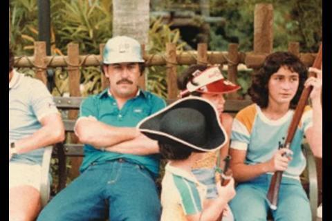 Difunden fotos inéditas de Pablo Escobar de vacaciones en Disneyland