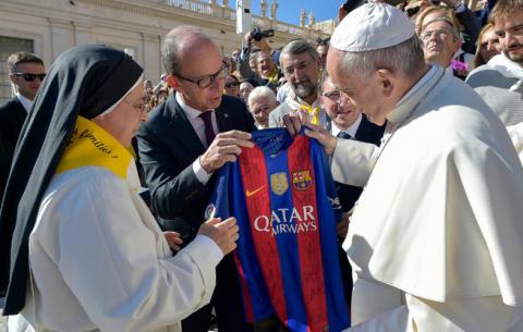 El Papa Francisco recibió una camisa del Barça firmada por todos