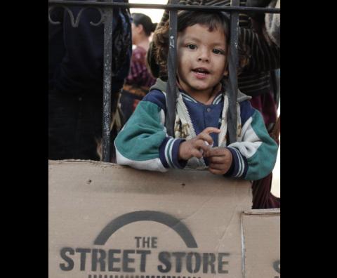 Jóvenes cambian ropa sucia por una sonrisa en la Street Store