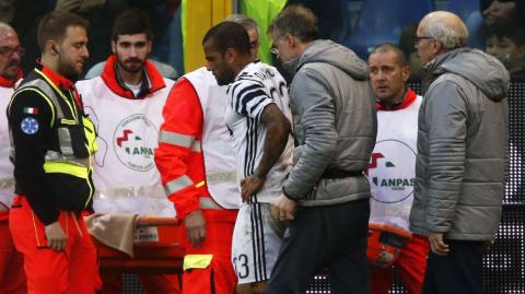 Terrible e innecesaria patada que le fracturó la pierna a Dani Alves