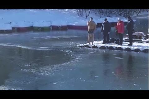 Un hombre se tira a un lago congelado para salvar a un perrito