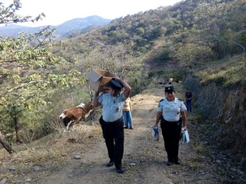 Policías llevan útiles escolares a niños en Baja Verapaz