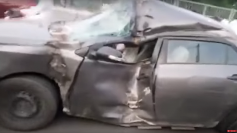 ¡Insólito! Un piloto conduce un carro casi destruido
