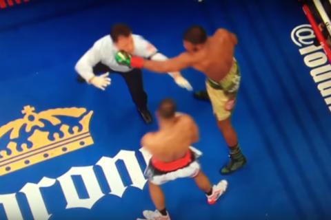 Árbitro recibe brutal puñetazo durante una pelea de boxeo