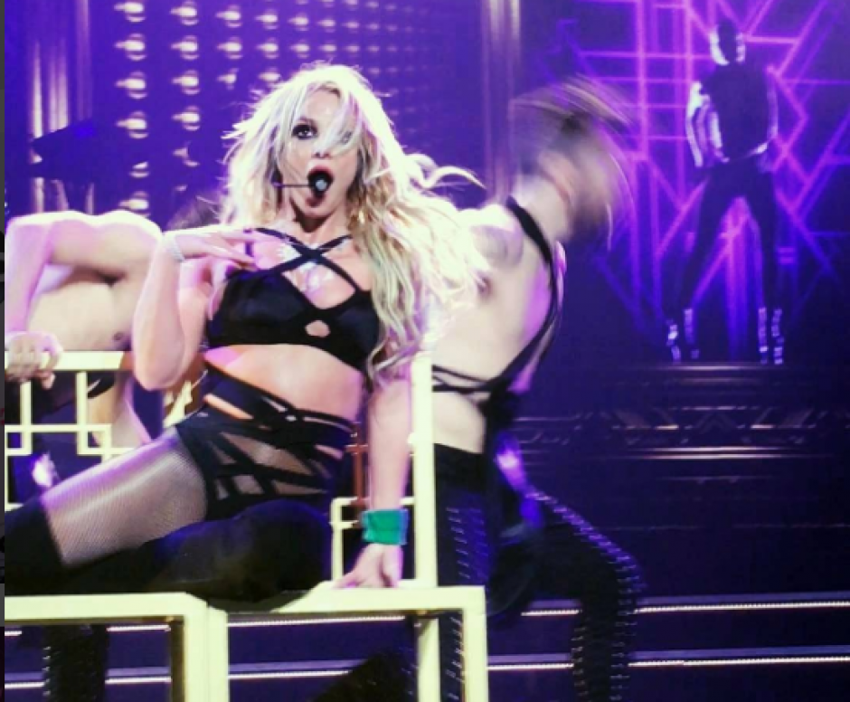 Otra vez: Britney Spears se queda sin una prenda en plena presentación