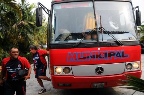 Apedrean al bus de Municipal al salir del estadio Del Monte en Izabal