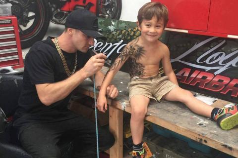 Tatuador cumple su promesa a los niños del Hospital de Nueva Zelanda