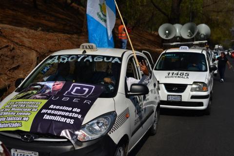 Taxistas protestan contra Uber y la violencia