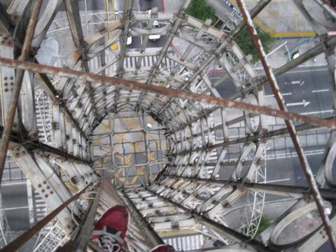 Artista guatemalteco hace arriesgada hazaña en la Torre del Reformador
