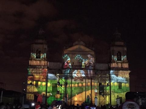 Proyectan imágenes navideñas en la Catedral Metropolitana