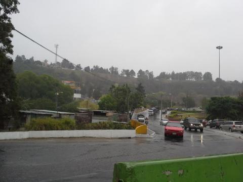 Frente frío deja lluvias y accidentes de tránsito