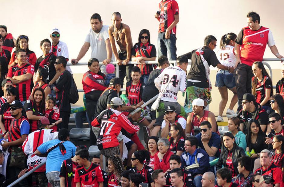 """Laura Chinchilla exige castigo a """"vándalos"""" por violencia en estadio"""