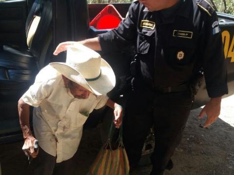 Agentes de la PNC ayudan a un anciano a llegar a su vivienda