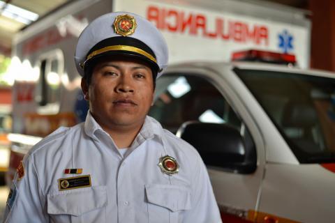 Henry Hernández, un bombero ejemplar que no conoce los límites