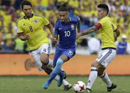 Neymar recibe un tremendo codazo y responde con este caño