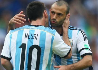 Messi y Mascherano muestran su lado tierno con un niño en Argentina