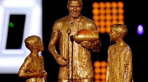 Baño de oro a David Beckham y sus hijos