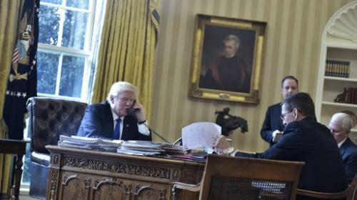 Trump habla por teléfono con Putin, en medio de polémica mundial