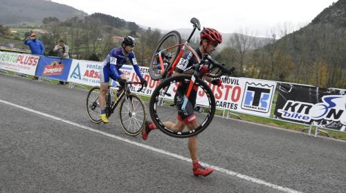 ¡Juego limpio! Ciclista no rebasa a otro que pincha antes de la meta